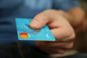 karta kredytowa w ręce
