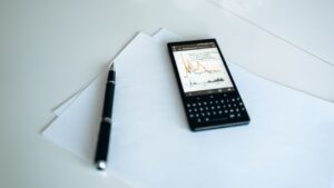 smartfon z wzrostowym wykresem